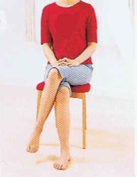 脚を組んで座る