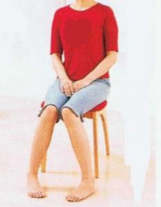 脚をハの字にして座る